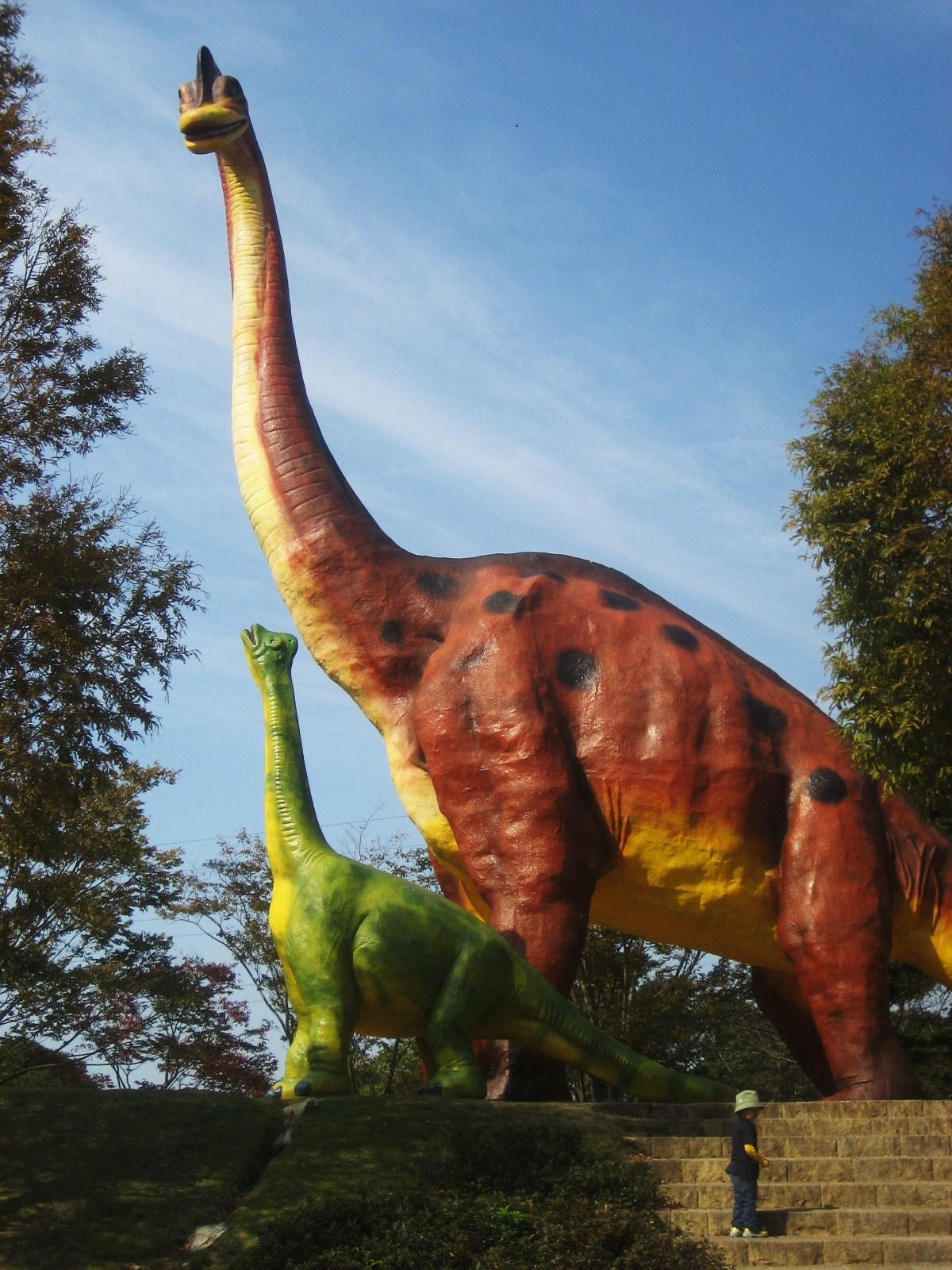 野外展示の恐竜。確かブラキオサウルスだったと思う。ひたすらデカイ。 こんな感じの恐竜が7~8体あって、子供たちの人気を集めている。